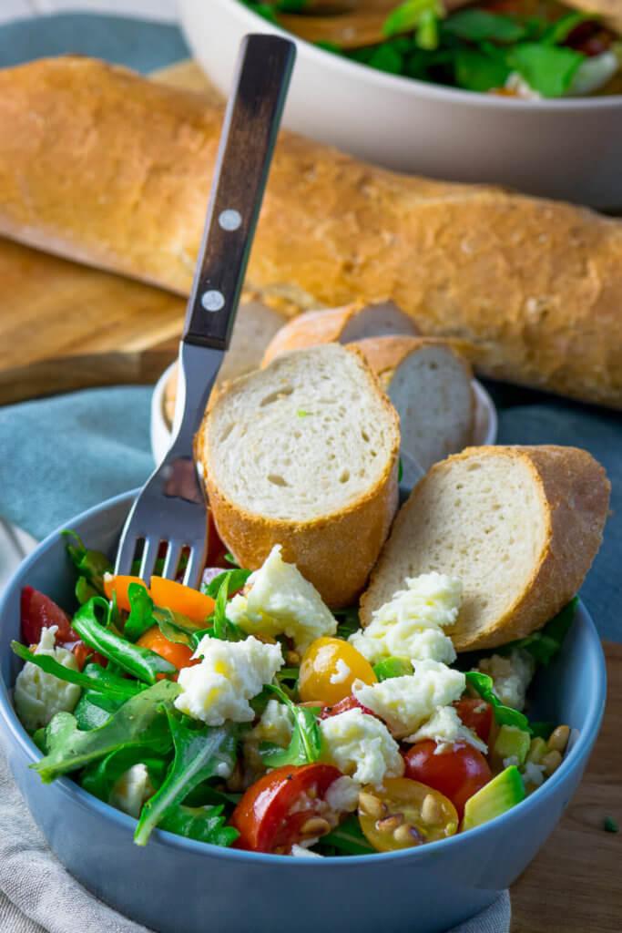 Lecker - Salat und Brot, mehr braucht es heute nicht