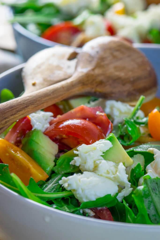 Rucola Salat mit Tomate, Avocado und Mozzarella
