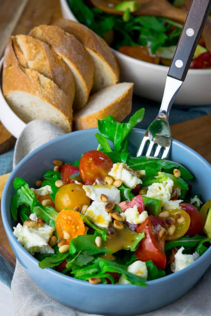 Nicht nur perfekt im Sommer - schneller Rucola Salat mit Honig Senf Dressing