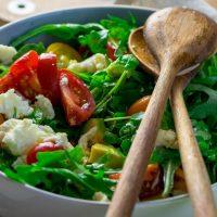 Avocado Rucola Salat mit Tomate, Mozzarella und Honig Senf Vinaigrette