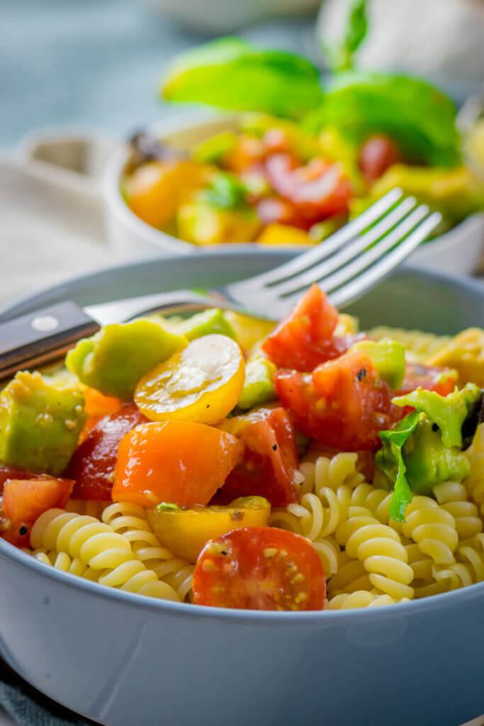 Gesund und köstlich - Avocado Tomaten Pasta in nur 12 Minuten