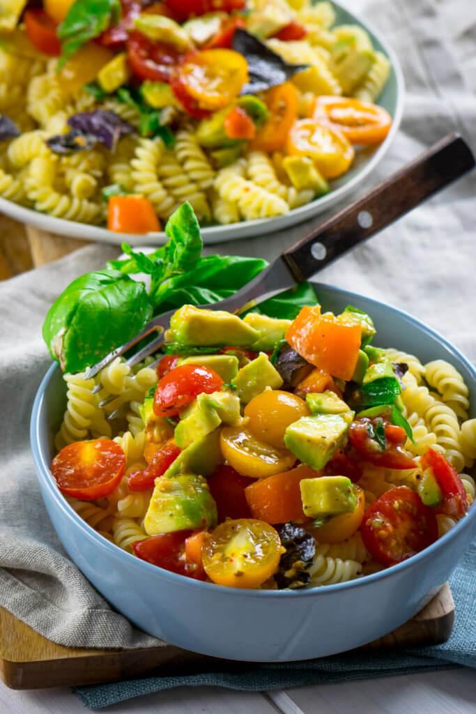 Echter Geheimtipp - Pasta mit Tomaten, Avocado und Basilikum