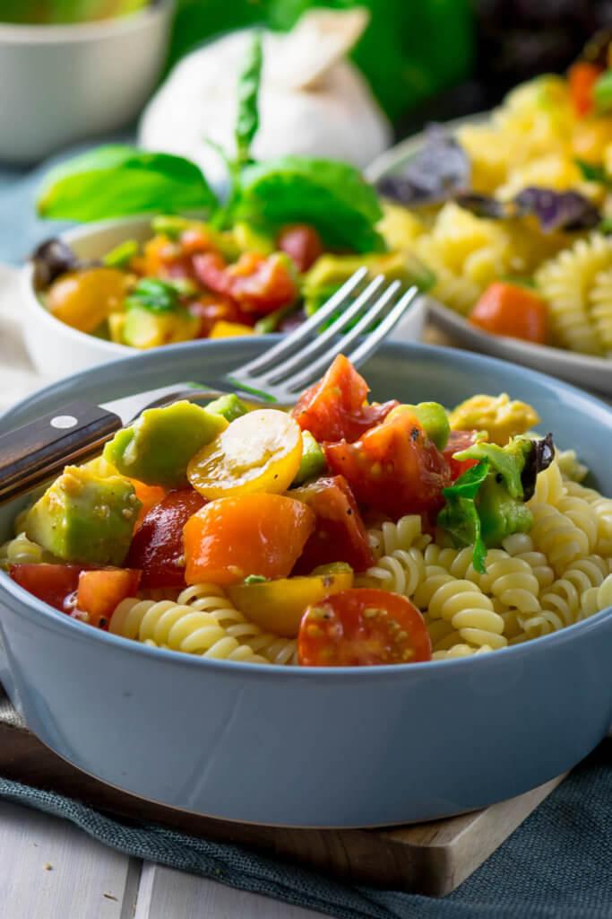 Die Avocado Tomaten Pasta ist in nur 12 Minuten servierfertig