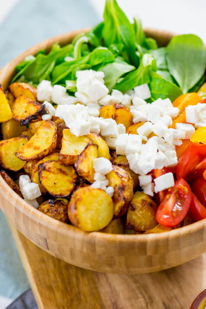 Honig Senf Röstkartoffel Salat mit Feta und Tomaten - tolles und gesundes Rezept für den Airfryer #airfryer #rezept #kartoffelrezept