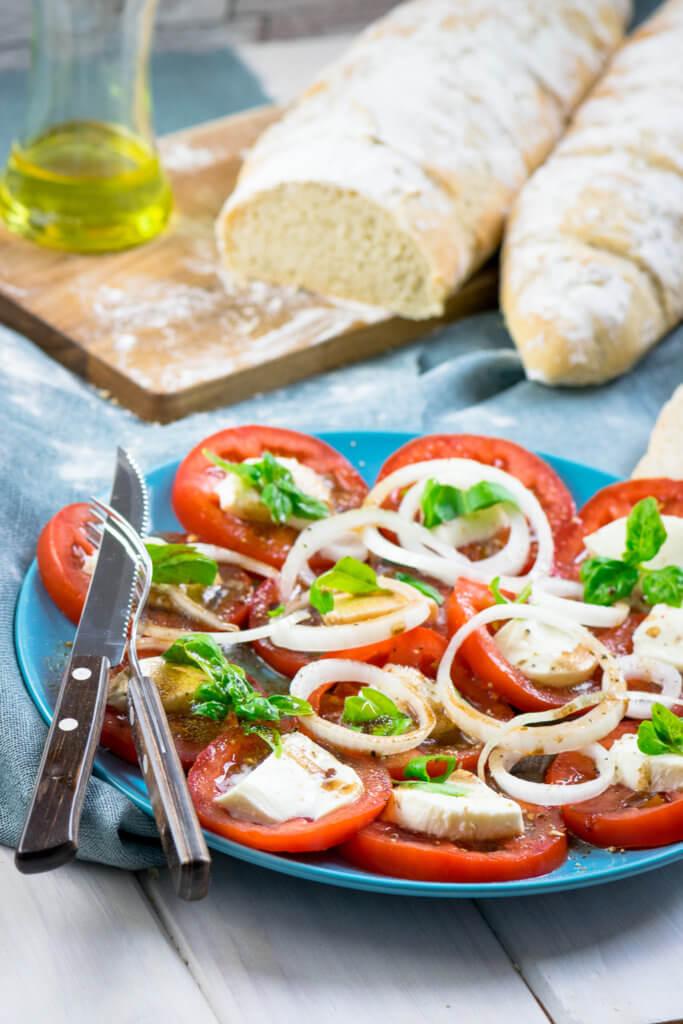 Lecker & easy zubereitet - Tomatensalat mit Mozzarella und Balsamico Dressing
