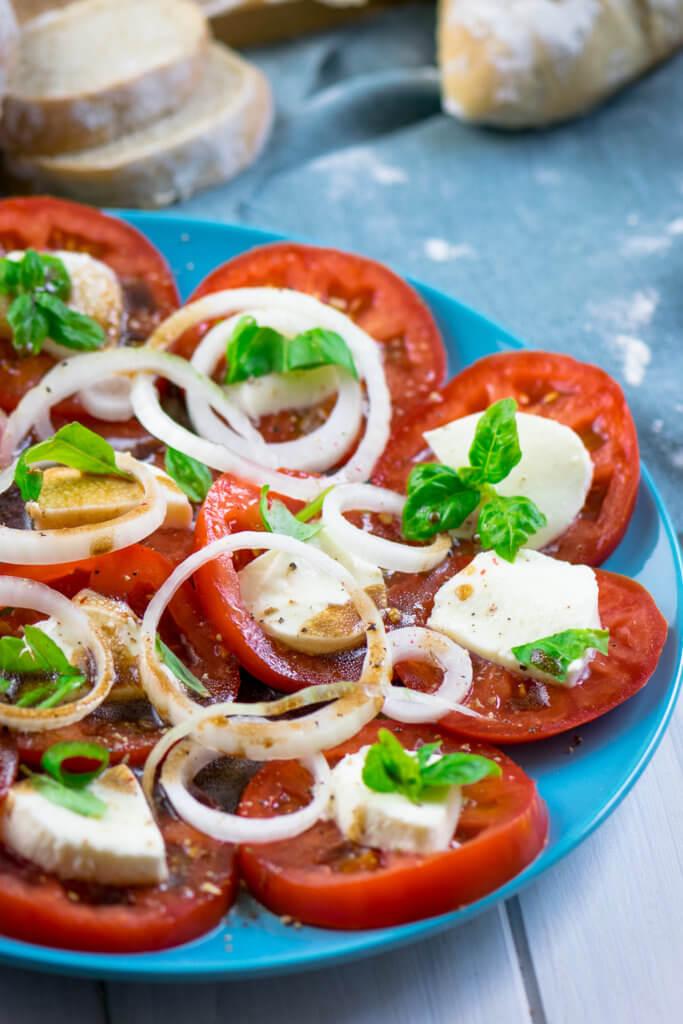 Zwiebeln, Tomaten, Mozzarella und dazu Balsamico Dressing