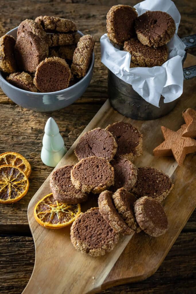 Mit nur wenigen Zutaten lassen sich diese absolut köstlichen Heidesand Schoko Orange Weihnachtskekse zaubern. Mt Orangenabrieb für ein unglaubliches Aroma!