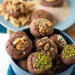 Die Christmas Brownie Cookies sind schnell gemacht und schmecken wie kleine Kuchen auf die Hand. Frisch schmecken Sie am besten.