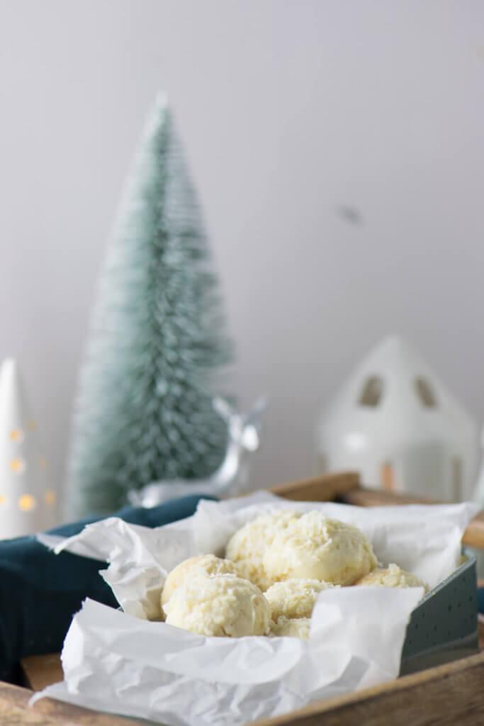 Geschenke aus der Küche - Kokos Mandel Bällchen #weihnachten #kokos #tonkabohne #plätzchen