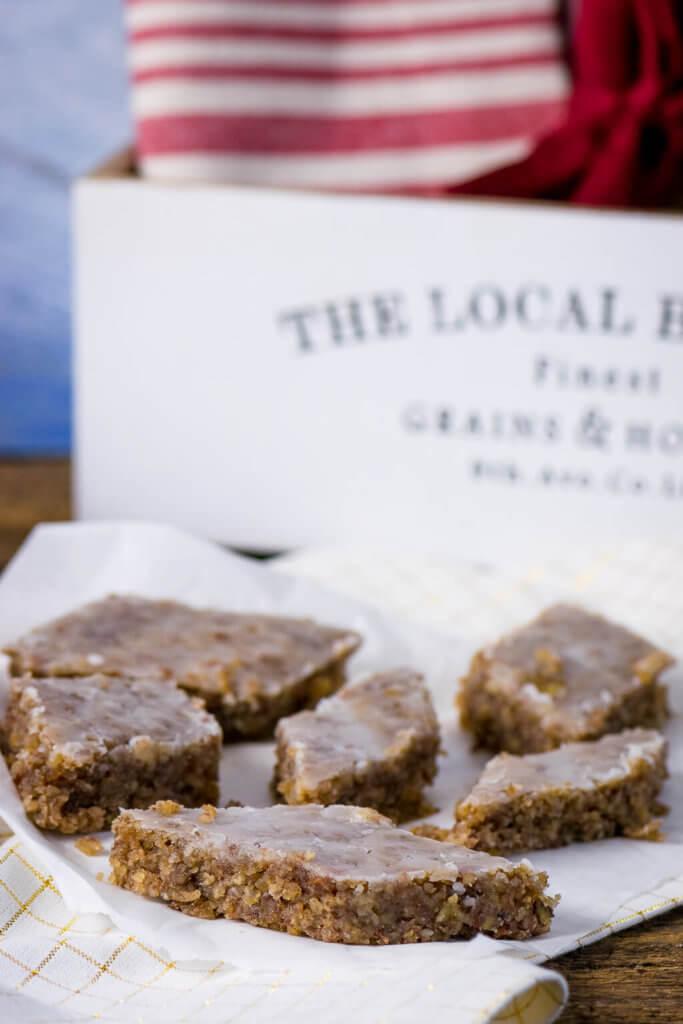 Diese Rautenlebkuchen vom Blech schmecken nicht nur super genial, sie sind auch wunderbar saftig und stecken voller Nüsse und Mandeln.