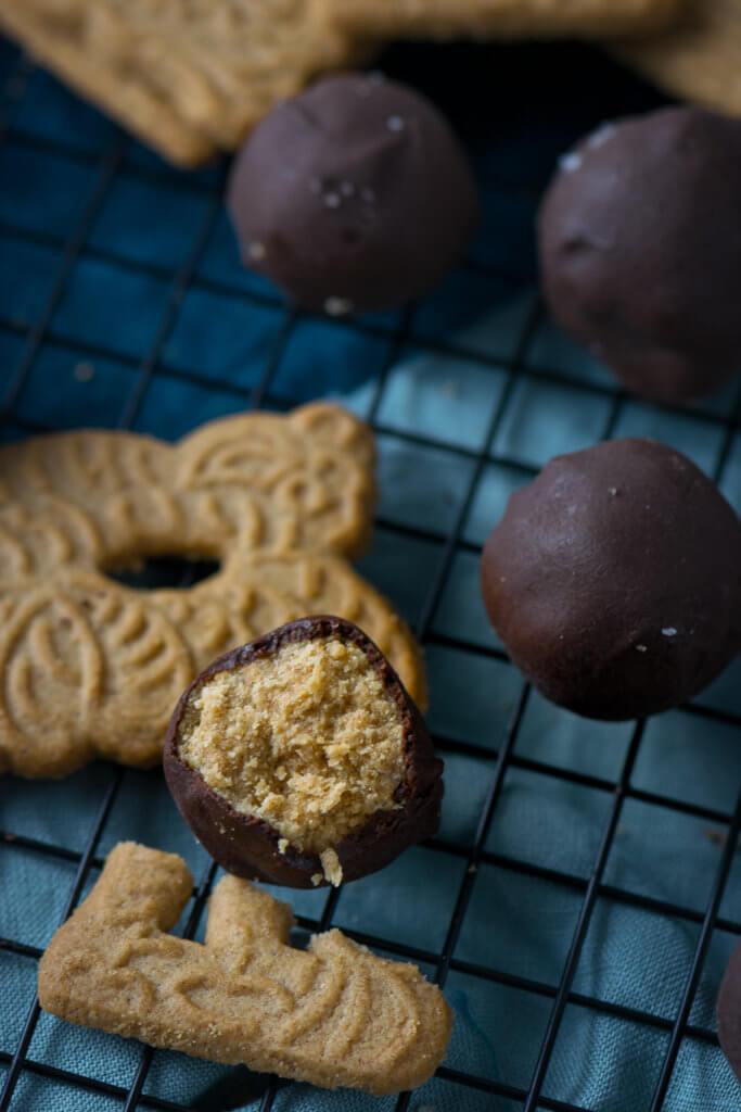 Süß und salzig -Spekulatius Kugeln mit Erdnussbutter und Meersalz