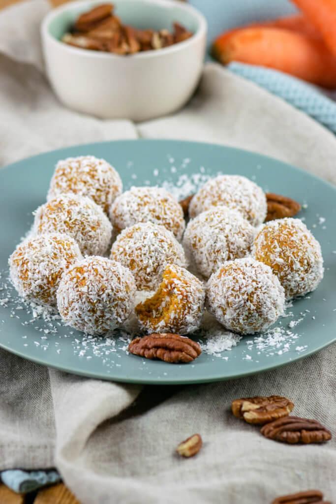 Energiekugeln mit Karotte, Pecannüssen und Datteln. Eine gesunde (Oster-) Alternative zu Kuchen - super weich und saftig, kleine runde Carrot Cake Balls.