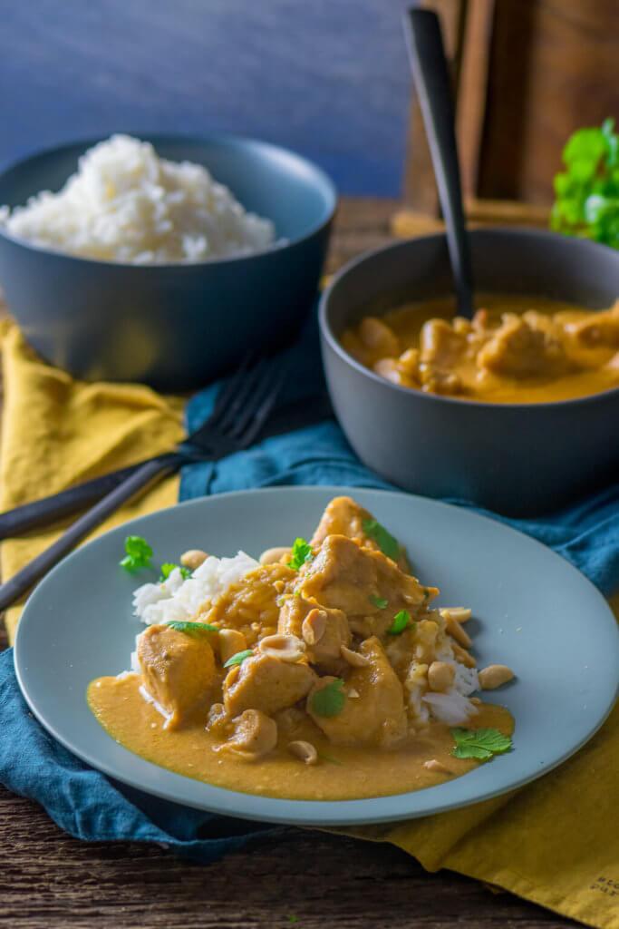 Erdnuss-Hähnchen mit Curry und Kokosmilch