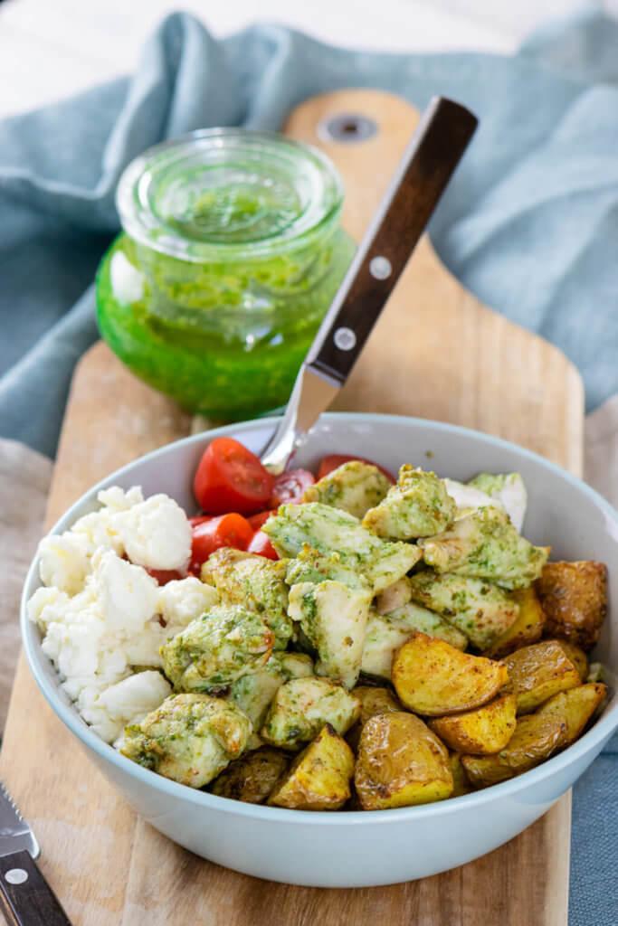 Leckere Pesto Chicken Röstkartoffel Bowl mit nur 5 Zutaten