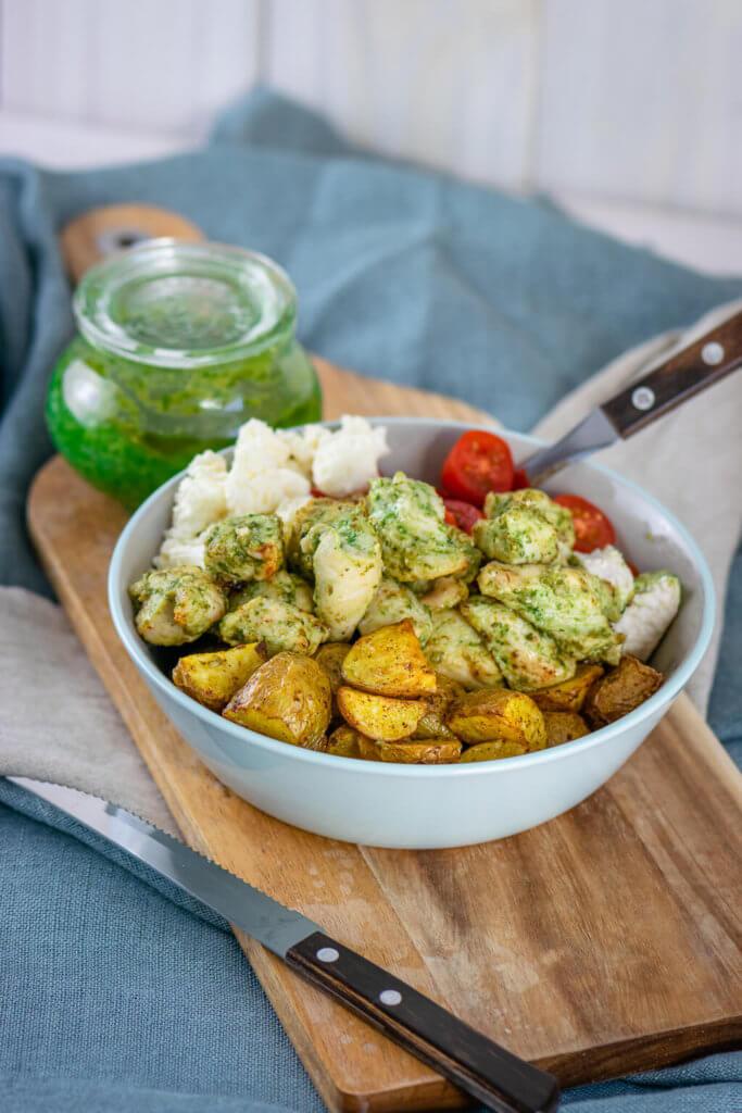 Diese Bowl wirst du lieben! Pesto Chicken Röstkartoffel Bowl mit selbstgemachtem Pesto