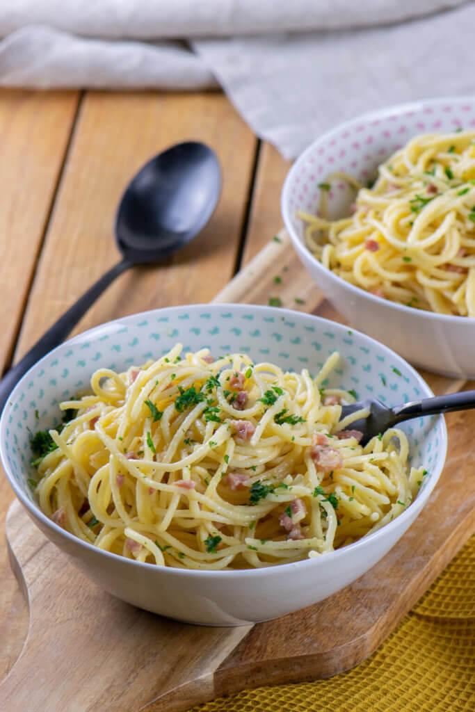 Nudeln mit Parmesan, Eiern und Sahne