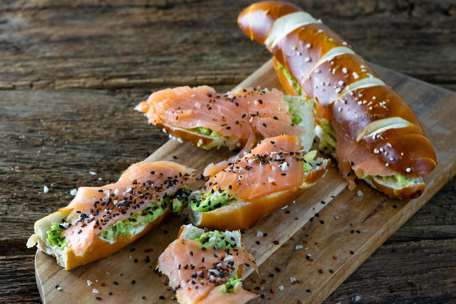 Schneller Snack - Laugenstange mit Lachs & Avocado - mein perfekter Snack als stillende Mutter