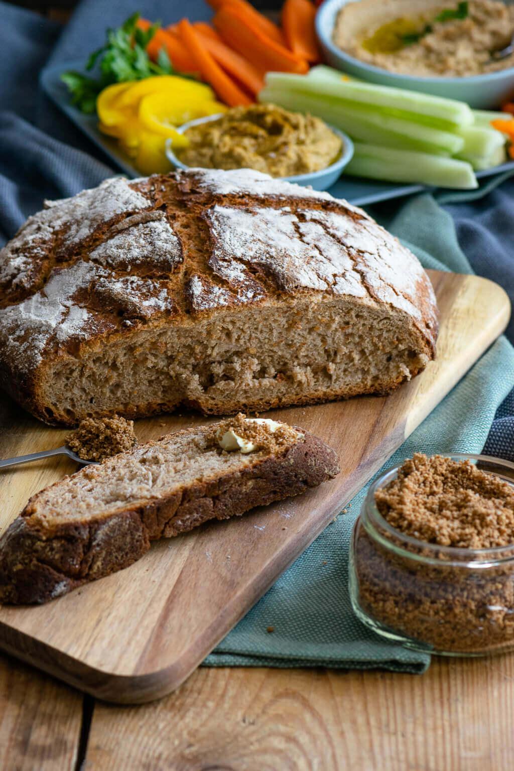 Leckere Brotzeit mit dem Thermomix® – Bauernbrot, Sesamsalz, Rohkost, Hummus & Honig Senf Frischkäse Dip