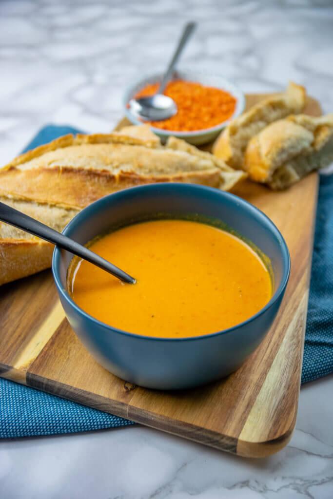 Rote Linsen Suppe mit Kokosmilch, Paprika, Curry & Chili - schmeckt am besten leicht scharf mit etwas frischem Brot.
