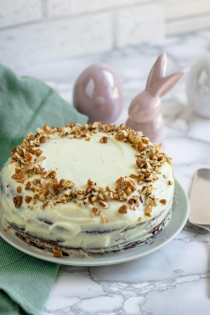 Der Carrotcake mit saftigen Möhren, Nüssen und Zimt ist mega einfach zu backen - besonders lecker schmeckt er mit dem perfekten Frischkäse Frostig