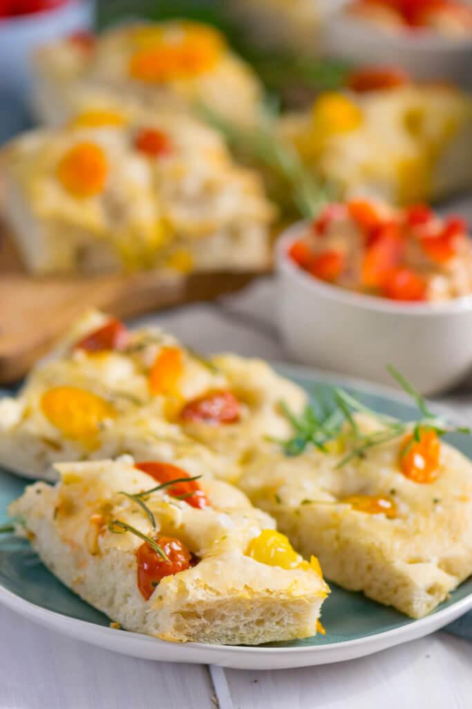Perfekt als Beilage zum Grillen - Weiches Tomaten Focaccia mit Paprika Feta Dip