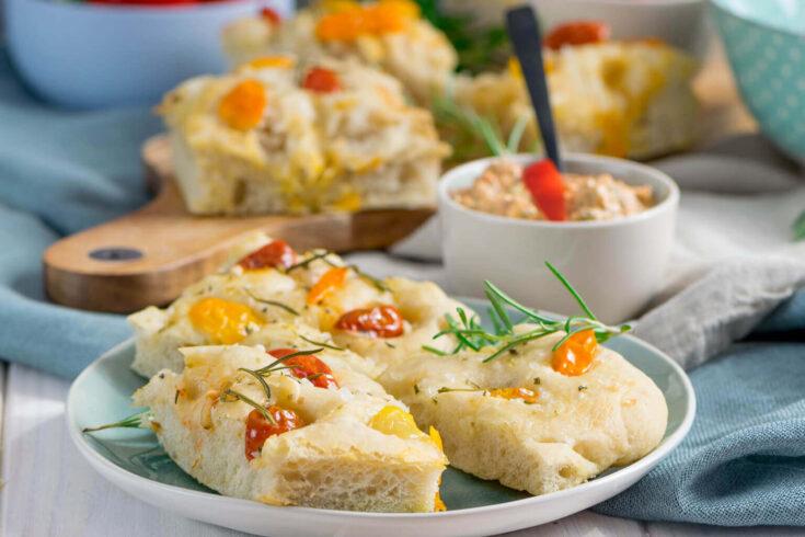 Weiches Tomaten Focaccia mit Paprika Feta Dip