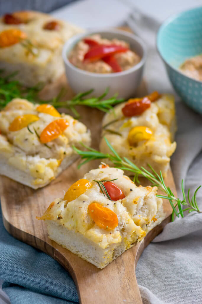 Weiches Tomaten Focaccia mit Paprika Feta Dip - mit frischen Tomaten, Rosmarin und Knoblauch