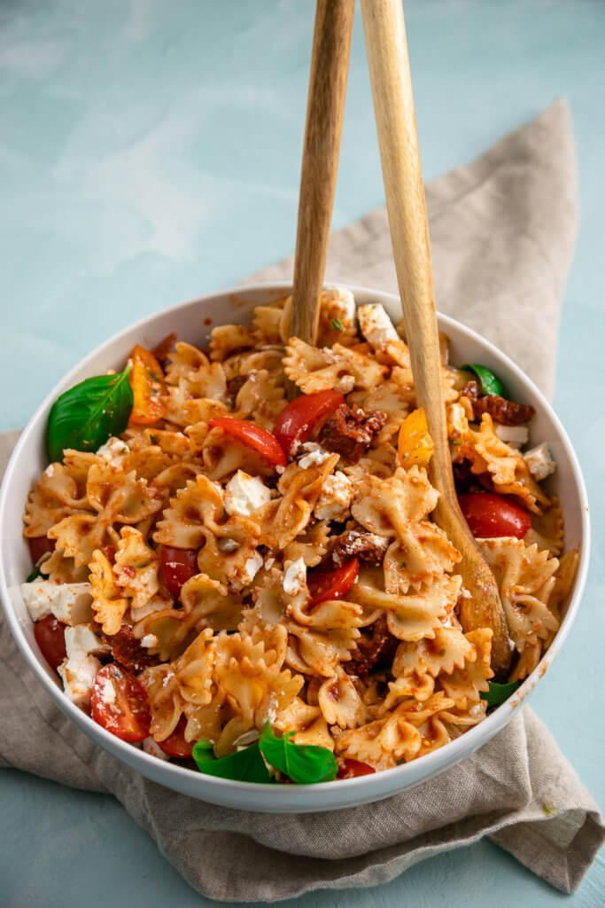 Mediterraner Nudelsalat mit einem fruchtig würzigen Balsamico Dressing. Der perfekte Salat zum Grillen oder um auf der nächsten Party absolut im Mittelpunkt zu stehen.