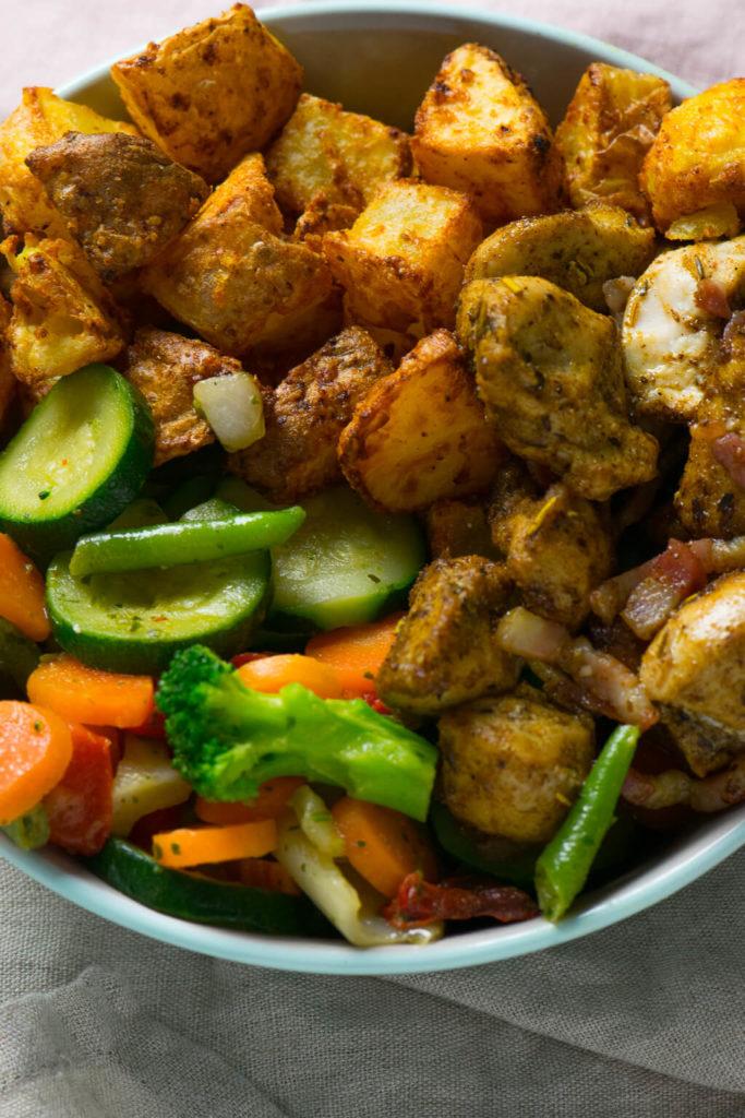 Knackiges Gemüse, zartes Hähnchenfleisch, knusprige Kartoffelecken - so lecker