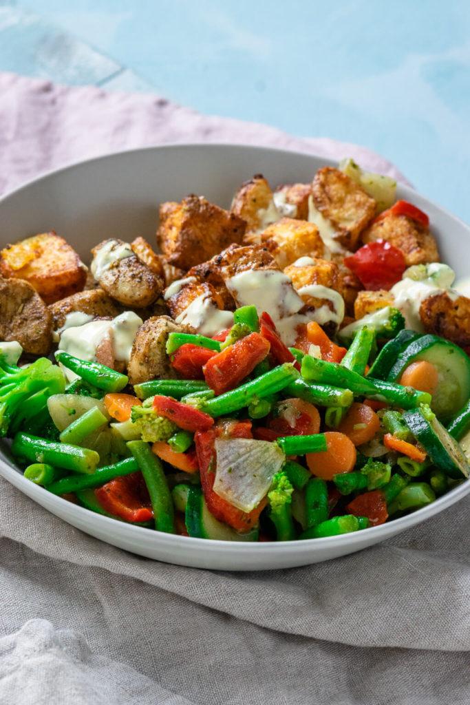 Kartoffeln, Gemüse., Geflügelfleisch, getoppt mit etwas Sauce Hollandaise