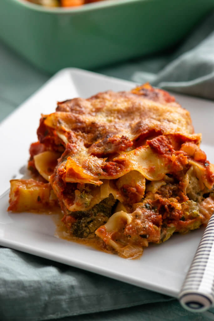 Ich würde die Lasagne nun nicht als Klassiker der Feierabendküche bezeichnen, aber da du nur 60 Minuten brauchst um die Lasagne auf den Tisch zu bringen, kannst du sie natürlich auch wunderbar nach der Arbeit zubereiten. Allerdings werden ein paar mehr Arbeitsschritte notwendig sein, als du es von meinen Rezepten für den Feierabend gewohnt sein wirst.