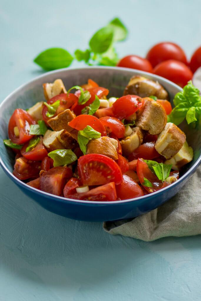 Leckerer Sommersalat mit aromatischen Tomaten und Laugencroutons