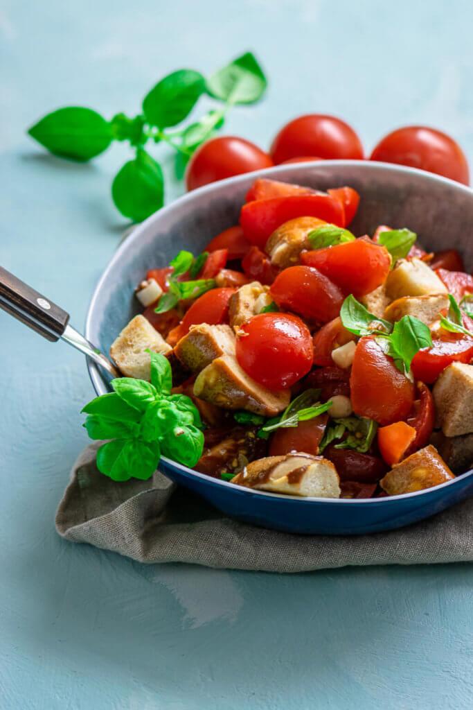 Der perfekte Sommersalat - Laugenbrezel Tomatensalat