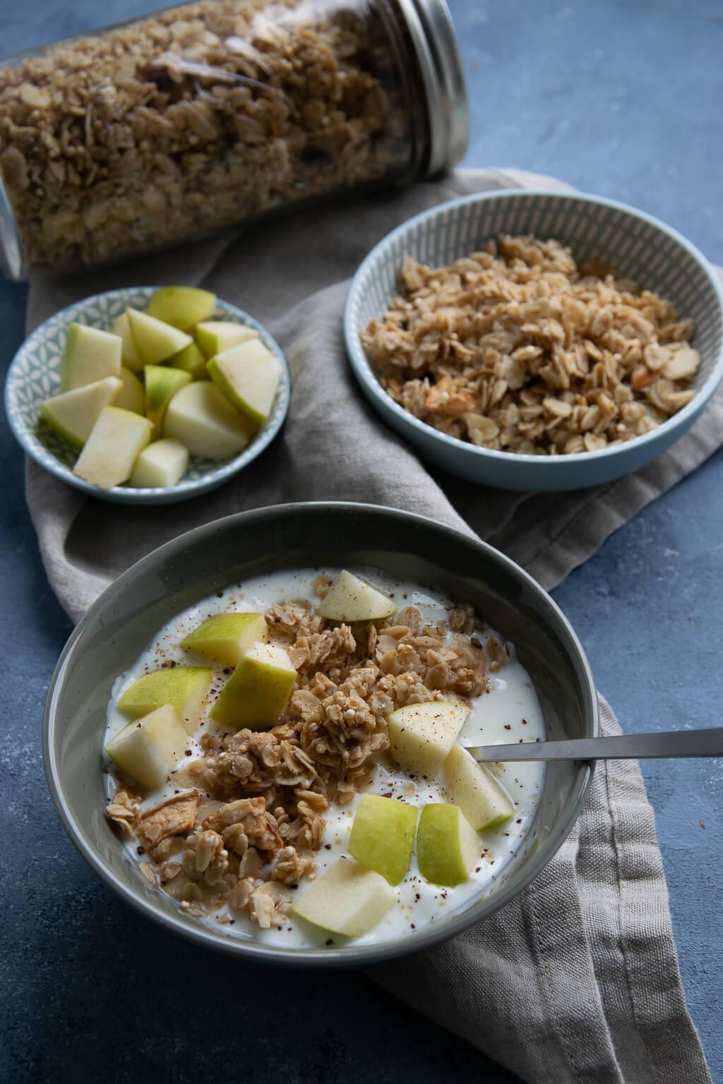 knuspermüsli mit apfel und joghurt - granola selber machen