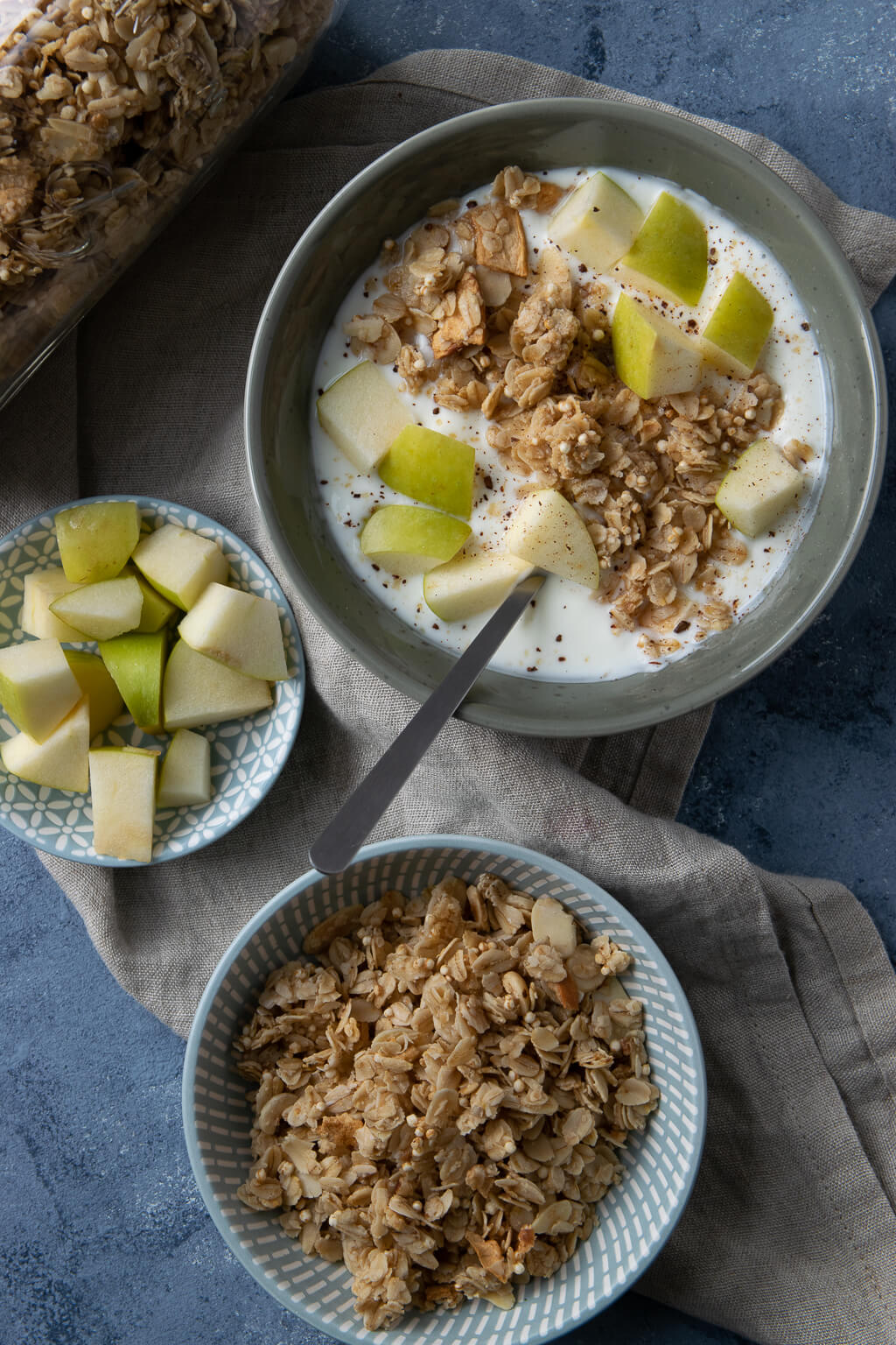 Müsli mit Apfel und Joghurt zum Frühstück