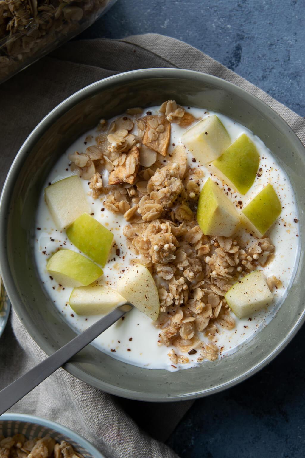 Frühstücksbowl mit Apfel und selbst gemachtem Granola