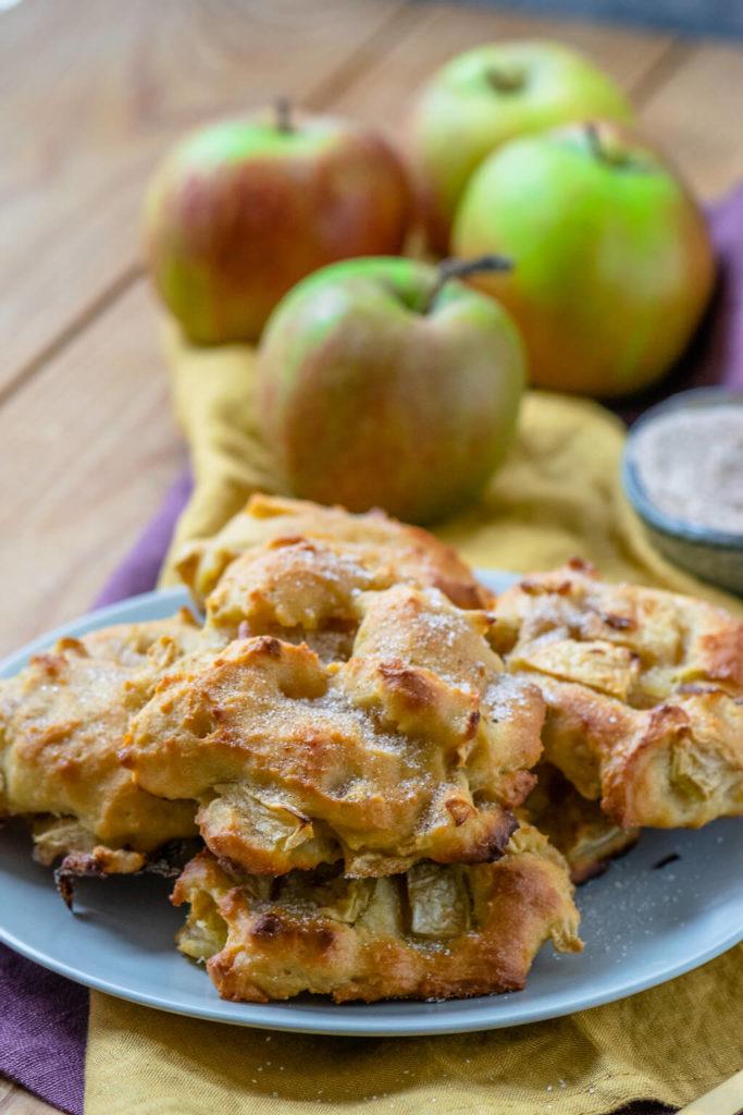 Nach dem Backen die Apfel Zimt Taler mit Zucker Zimt bestreuen oder diese darin wälzen.