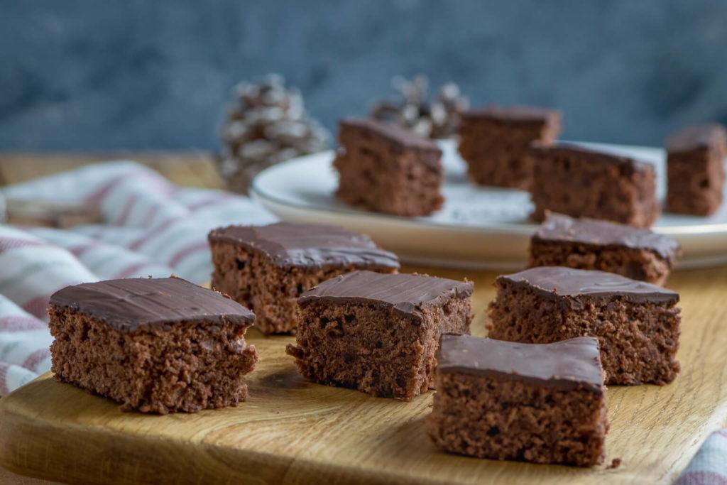 Gewürzkuchen mit Nüssen und Schokolade