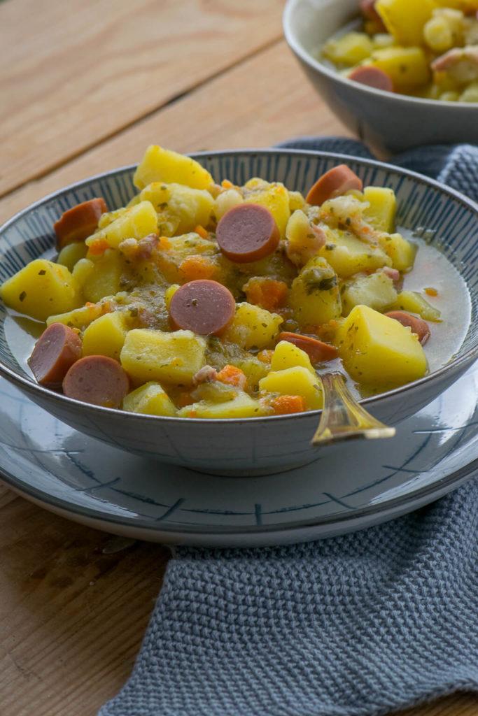 Kartoffelsuppe mit Speck, Möhren und Würtschen