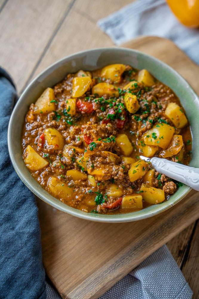 Leckerer Bauerntopf mit Hackfleisch, Kartoffeln und Paprika