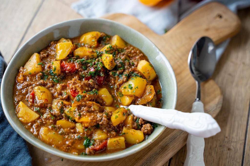 Yummy! Bauerntopf mit Hackfleisch, Kartoffeln und Paprika in weniger als 60 Minuten
