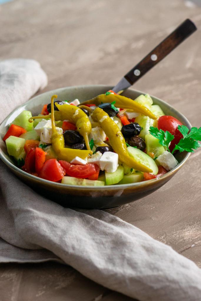 Bauernsalat als Hauptspeise oder Beilage essen