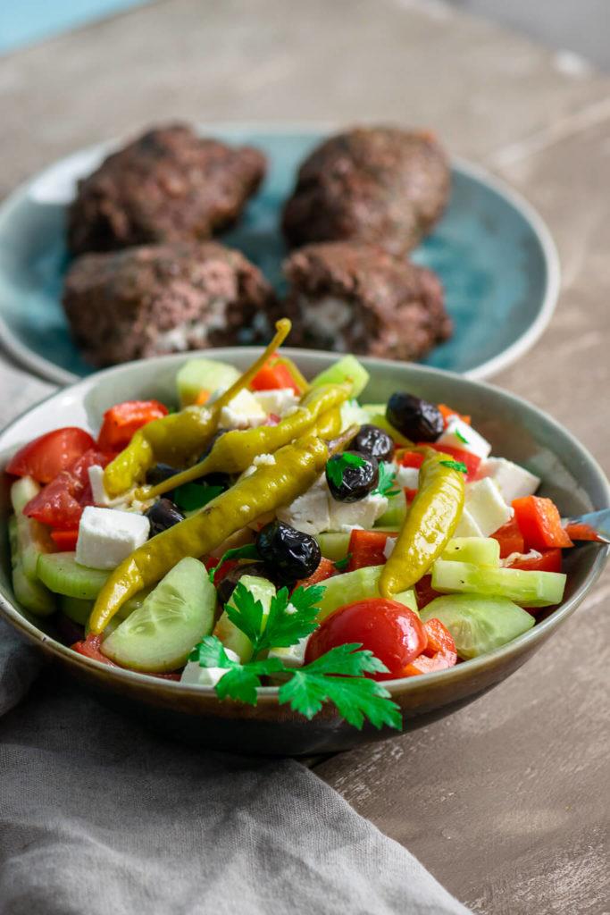 Einfaches Rezept für griechischen Bauernsalat mit Feta und Oliven