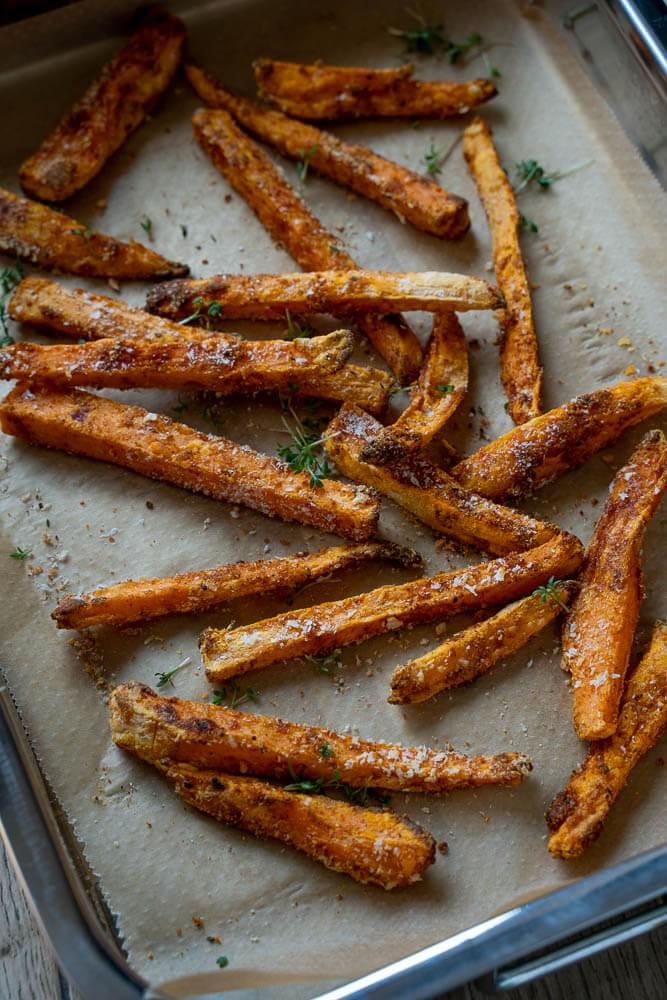 So bereitest du knusprige Süßkartoffel Pommes im Backofen selber zu. Figurfreundlich, gesund und absolut köstlich #pommes #backofen #schnellerezepte #gesunderezepte #ohnefrittieren #süßkartoffel #vegetarisch