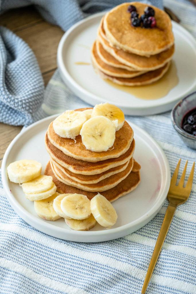 Pancakes mit Skyr, Banane und Haferflocken