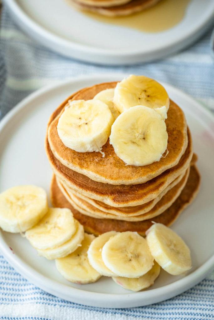 Pancakes zum Frühstück - mit Banane und Ahornsirup
