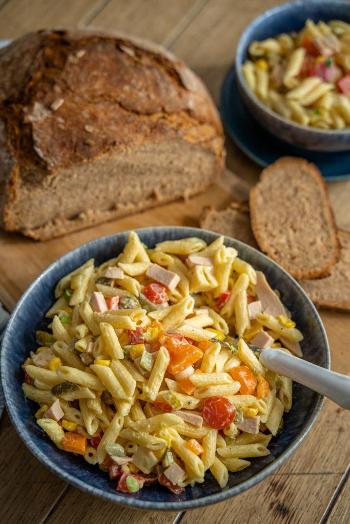 Weltbester bunter Nudelsalat mit Mayonnaise - eine perfekte Grillbeilage