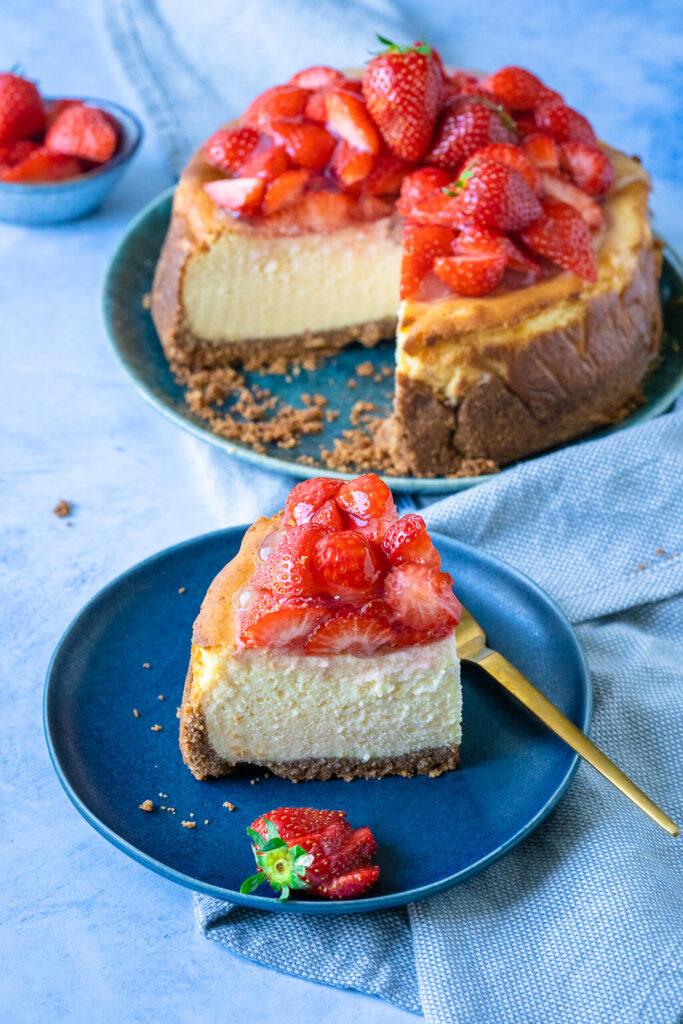 Käsekuchen mit Quark und mit Erdbeeren