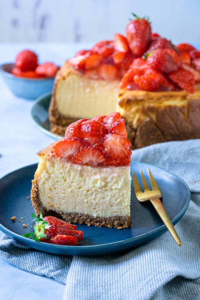 Käsekuchen des Sommers - mit Erdbeeren und fluffiger Quarkfüllung