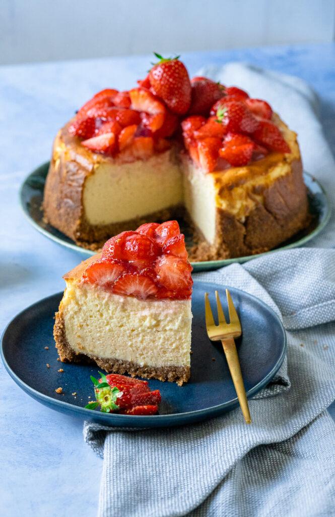 Hoher fluffiger Käsekuchen mit Erdbeeren